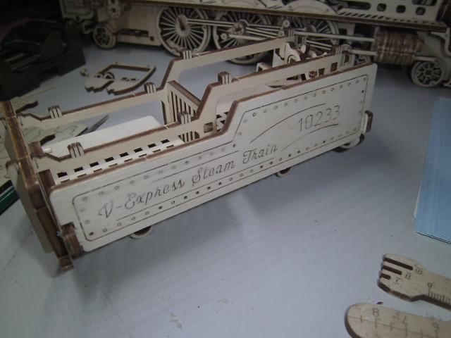 Lokomotive V-Express mit Tender von UGEARS Bild4612