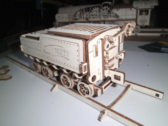 Lokomotive V-Express mit Tender von UGEARS Bild5011