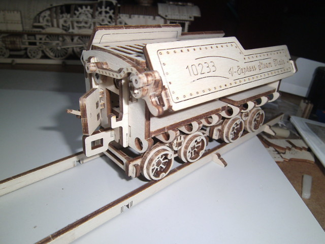 Lokomotive V-Express mit Tender von UGEARS Bild5110