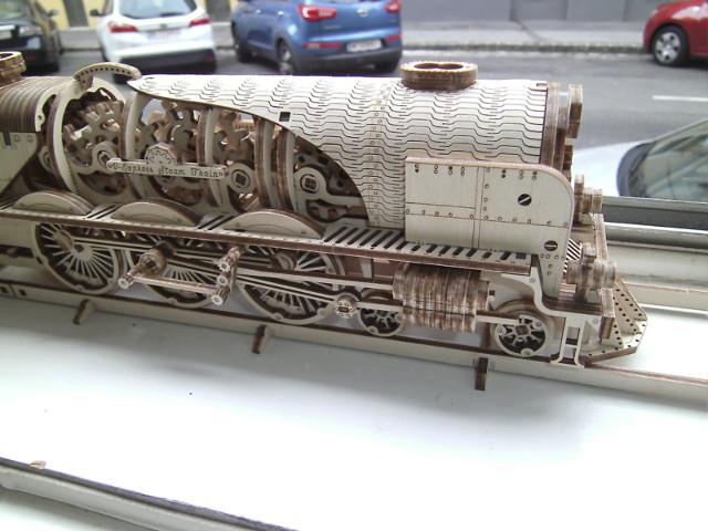 Lokomotive V-Express mit Tender von UGEARS Bild5210