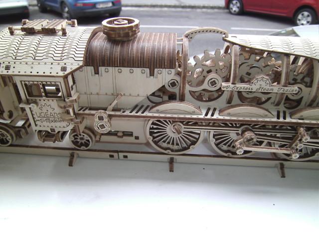 Lokomotive V-Express mit Tender von UGEARS Bild5310