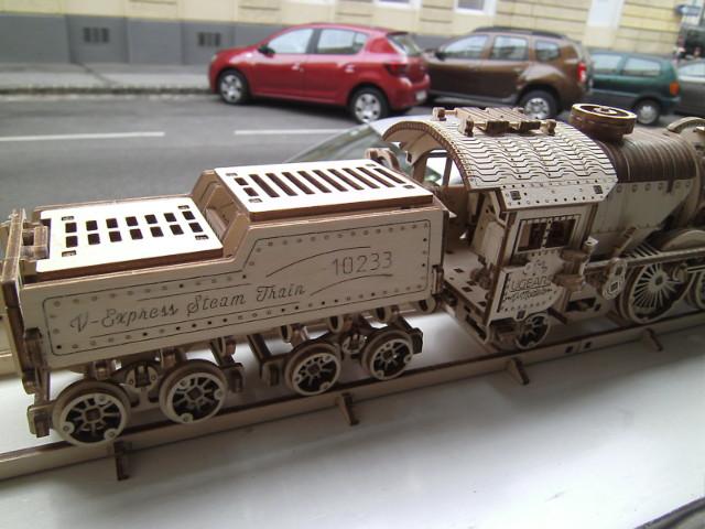 Lokomotive V-Express mit Tender von UGEARS Bild5410