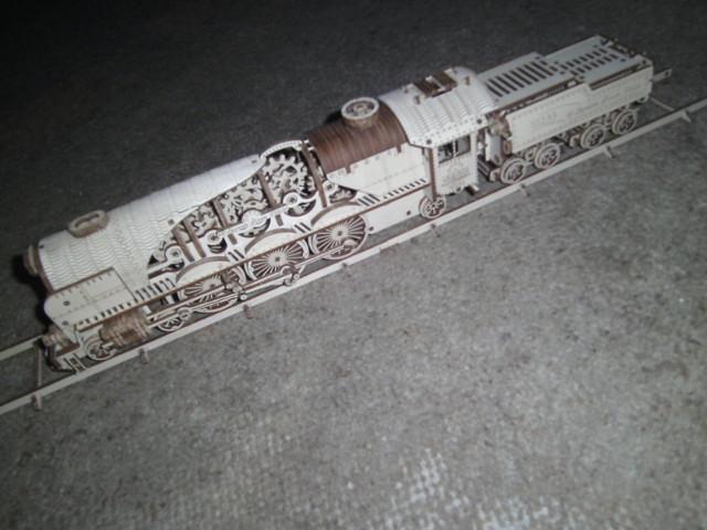 Lokomotive V-Express mit Tender von UGEARS Bild5610