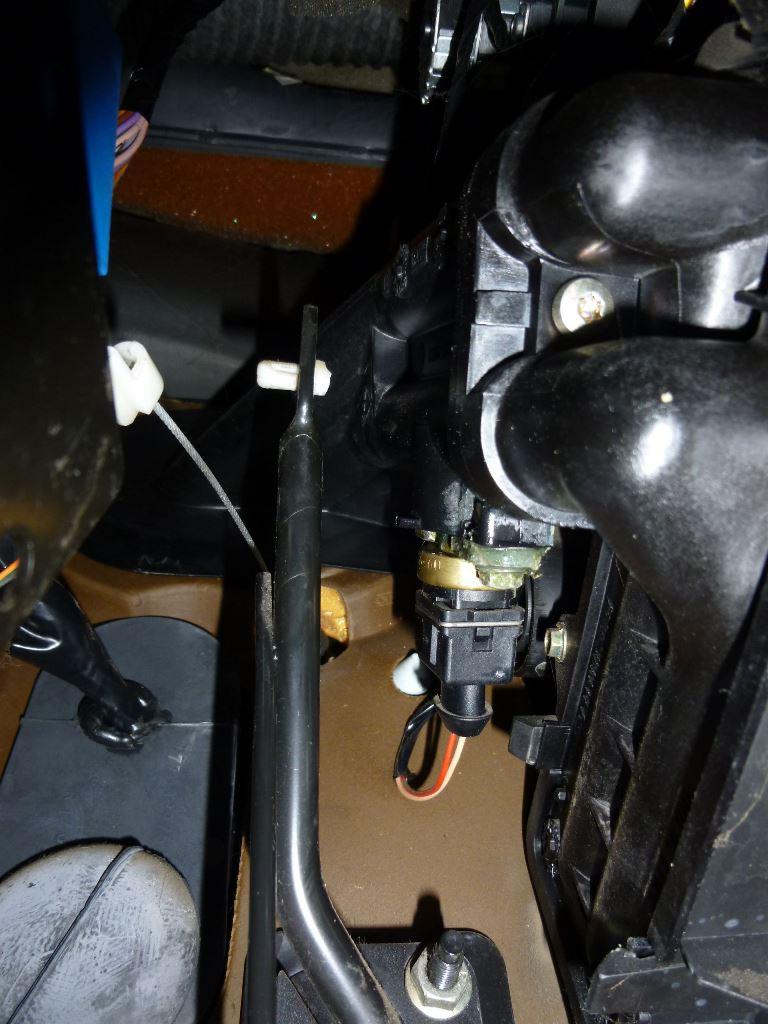 Changement d'un câble d'accélérateur Safrane 2.2dt 14_p1010