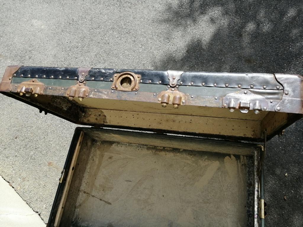 Une grosse malle US et une cartouchière en vide grenier Img_2711
