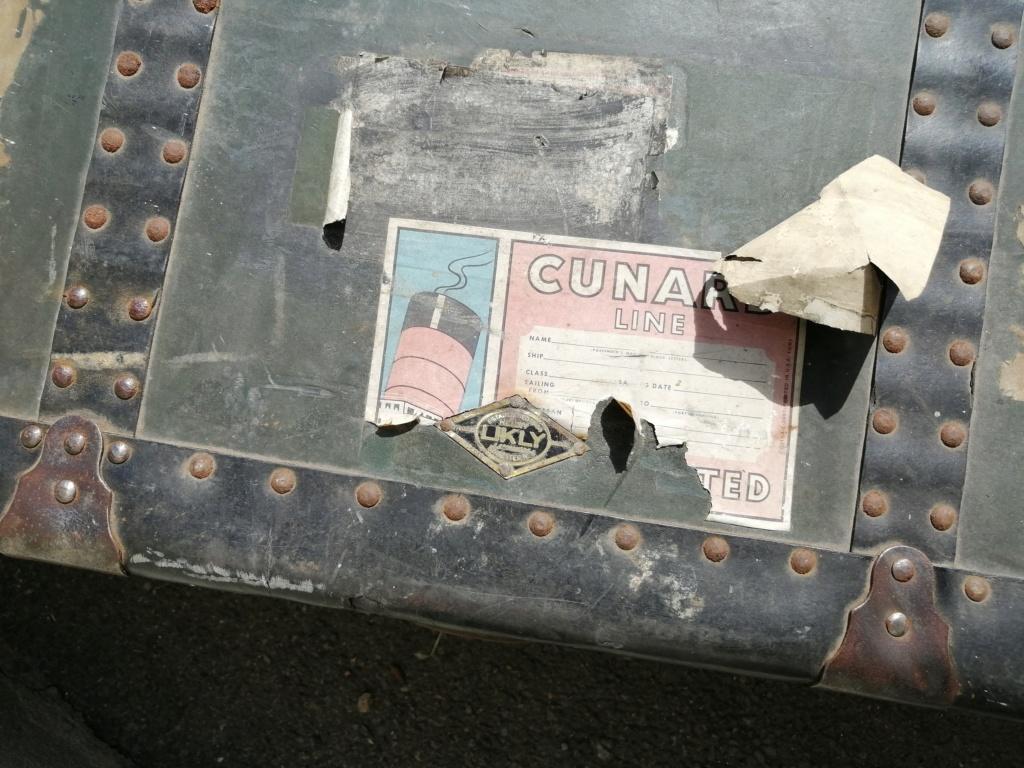 Une grosse malle US et une cartouchière en vide grenier Img_2713