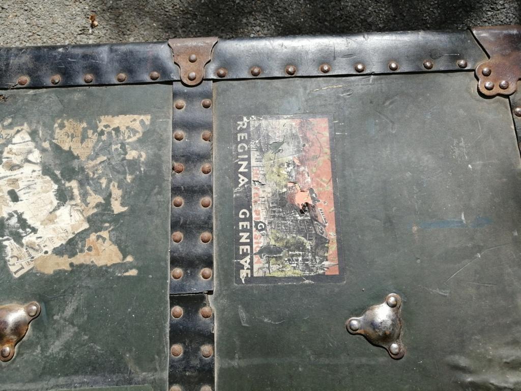 Une grosse malle US et une cartouchière en vide grenier Img_2714