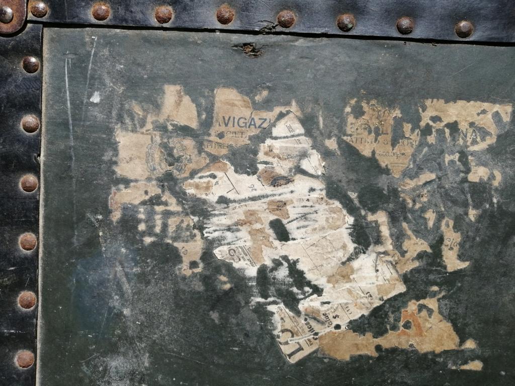 Une grosse malle US et une cartouchière en vide grenier Img_2715