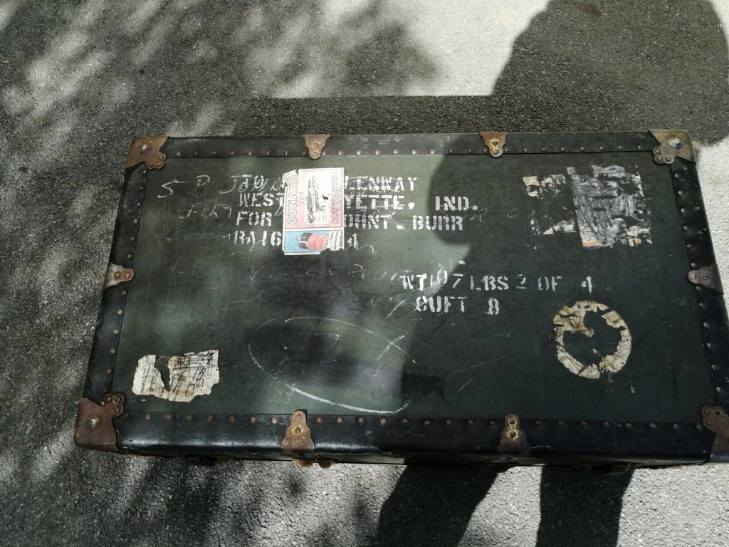 Une grosse malle US et une cartouchière en vide grenier Img_2721