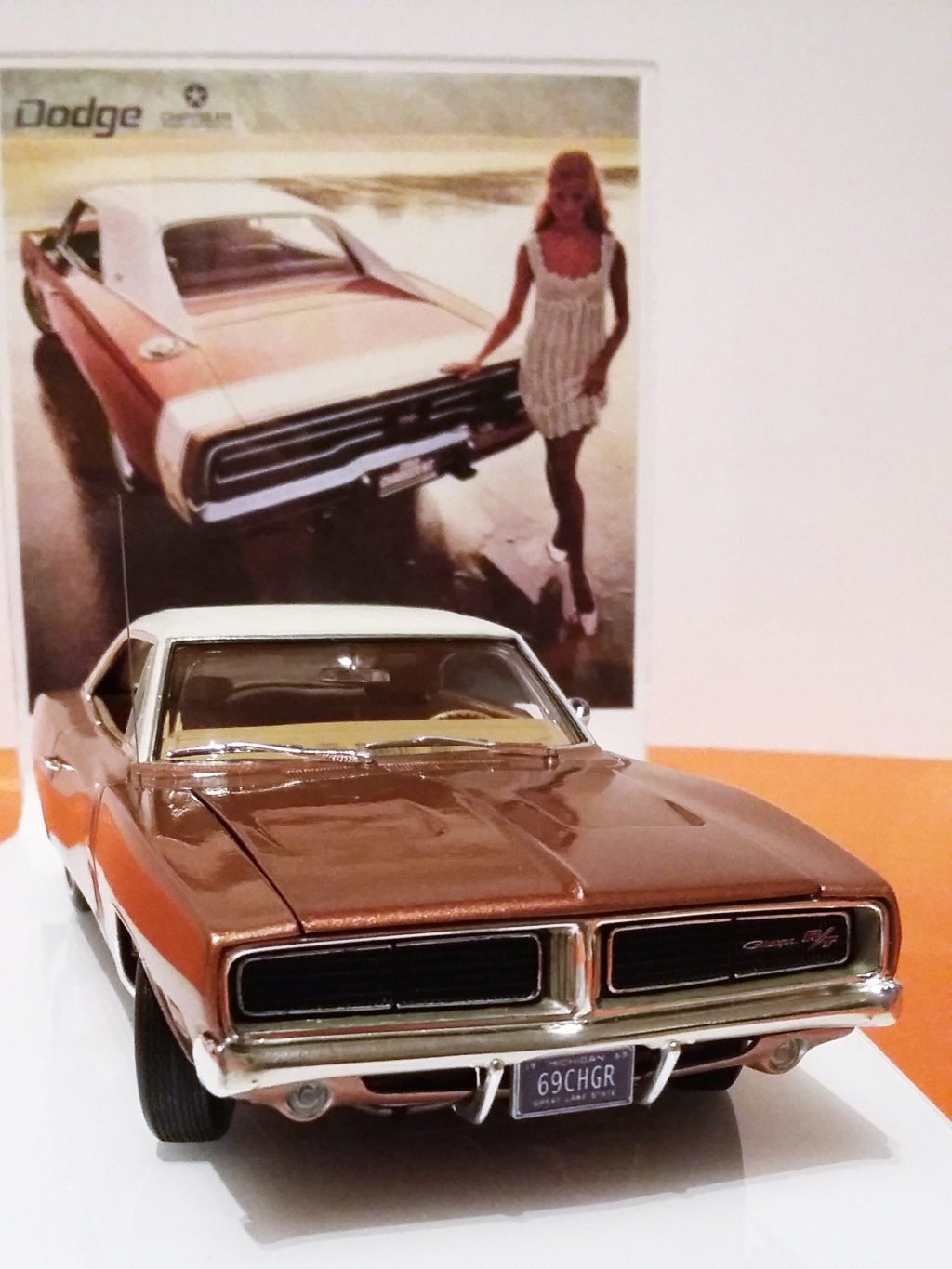 1969 Dodge Charger R/T (white on bronze) 20181113