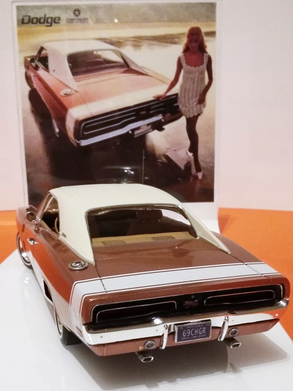 1969 Dodge Charger R/T (white on bronze) 20181115