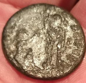AE2 bajo imperio tipo REPARATIO - REIPVB. Emperador dando la mano a mujer arrodillada.  R-ileg10