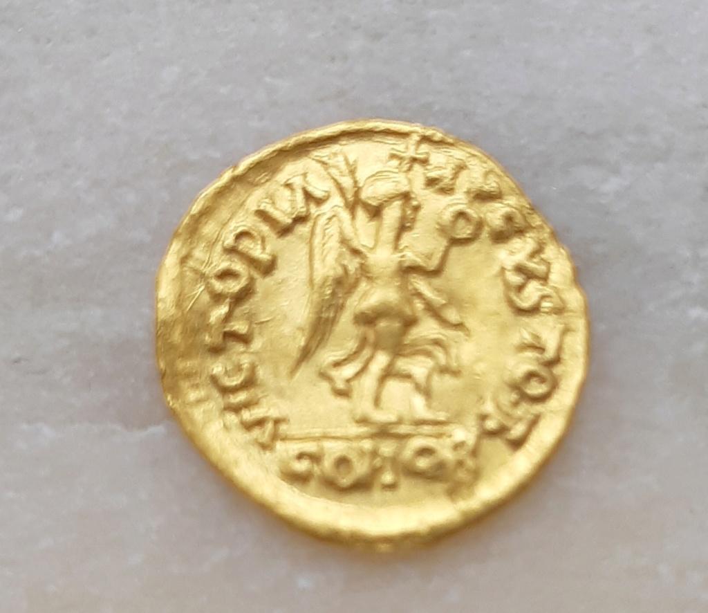 Tremis de imitación visigótica a nombre de Justino I. 110