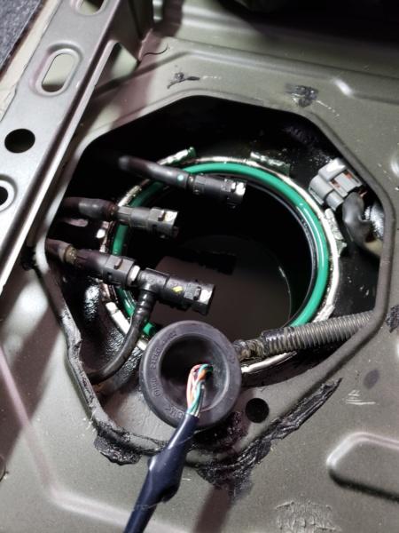 Substituição da bomba ou sensor de nível combustível Nissan March - Retirada da tampa de acesso 20190316