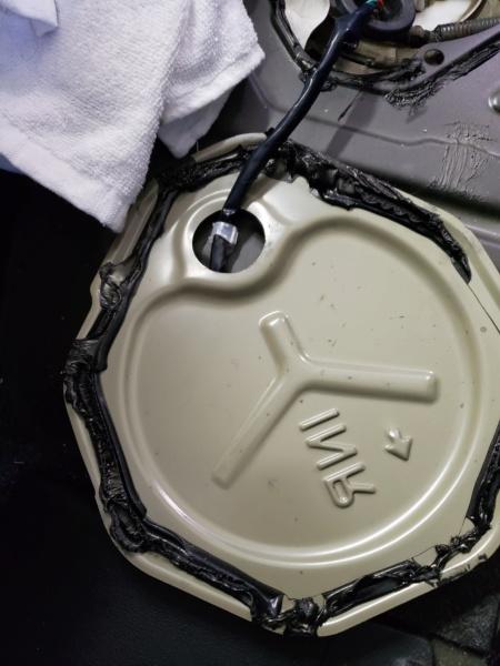 Substituição da bomba ou sensor de nível combustível Nissan March - Retirada da tampa de acesso 20190317