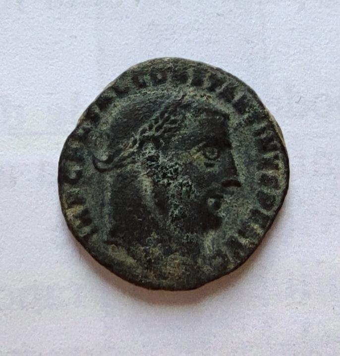 Nummus a nombre de Constantino I. IOVI CONSERVATORI AVGG. Júpiter a izq. Antioquía Img_2022