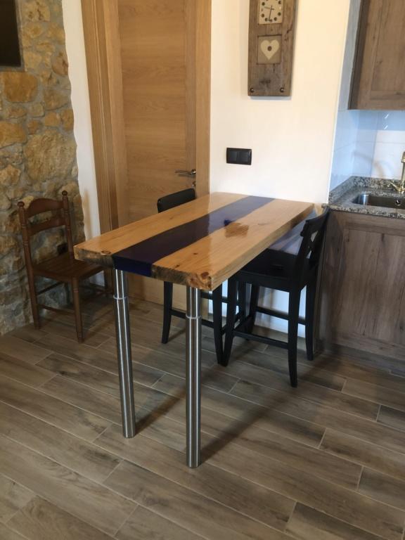 Mesa en madera y epoxy  7a4a7210