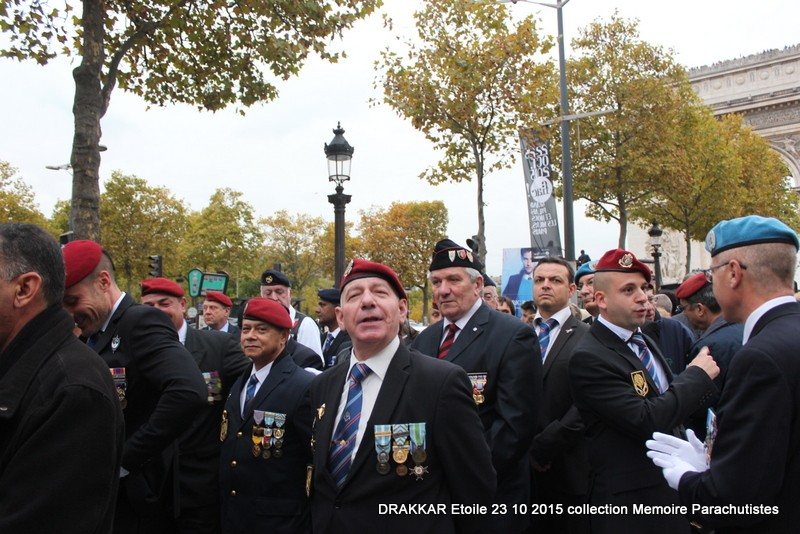 Cérémonie Drakkar: Arrivée des participants sur les Champs-Elysées 079-im10