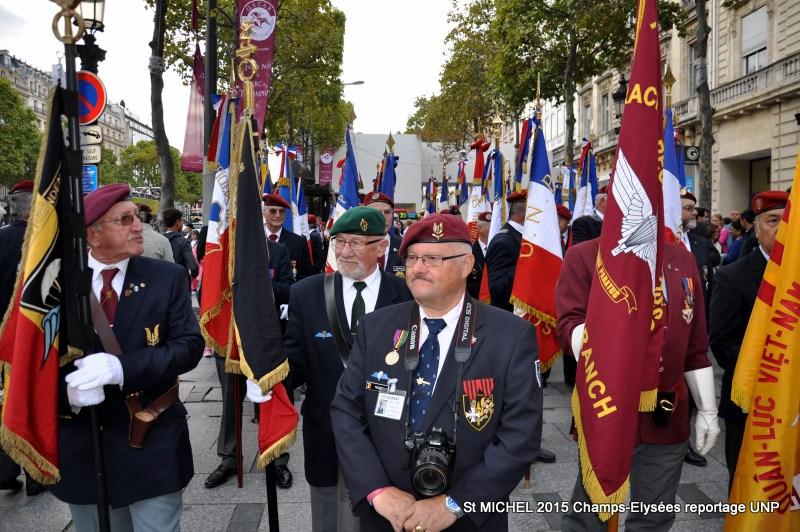 St MICHEL 2015 UNP à Paris reroupement parachutistes et drapeaux pour le défilé 10-dsc12