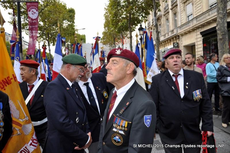 St MICHEL 2015 UNP à Paris reroupement parachutistes et drapeaux pour le défilé 12-dsc12