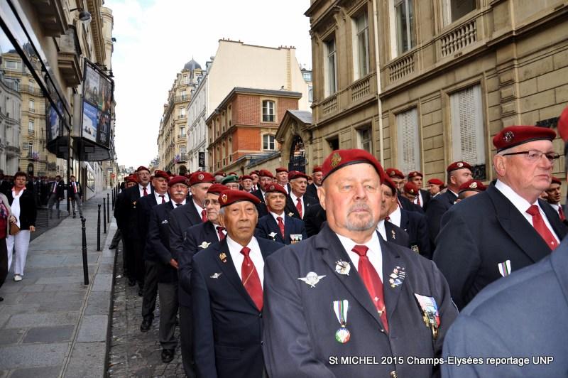 St MICHEL 2015 UNP à Paris reroupement parachutistes et drapeaux pour le défilé 16-dsc12