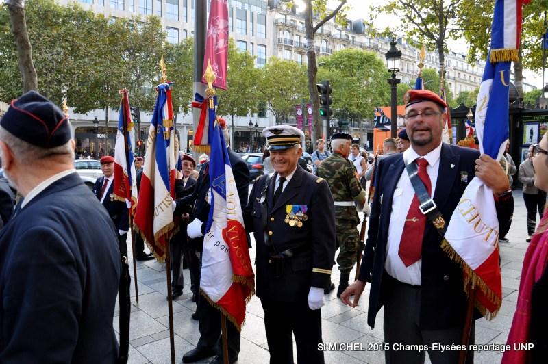 St MICHEL 2015 UNP à Paris reroupement parachutistes et drapeaux pour le défilé 21-dsc10