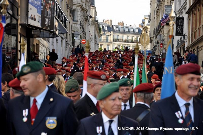 St MICHEL 2015 UNP à Paris reroupement parachutistes et drapeaux pour le défilé 23-dsc10