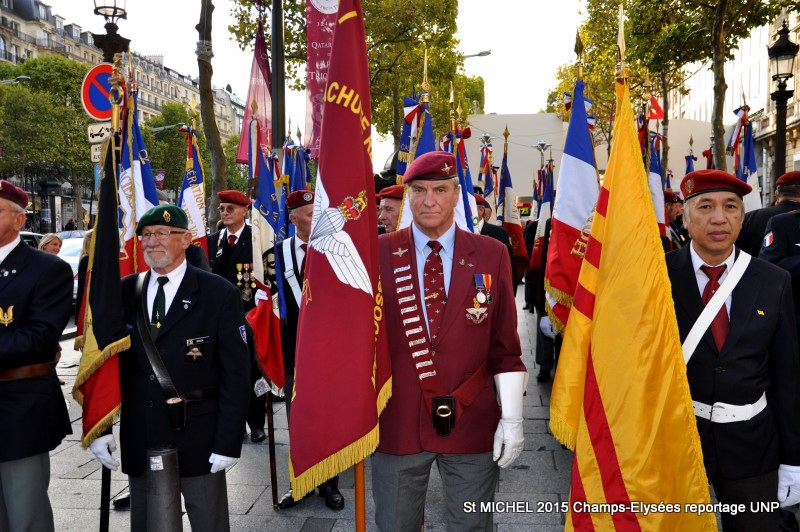 St MICHEL 2015 UNP à Paris reroupement parachutistes et drapeaux pour le défilé 25-dsc11