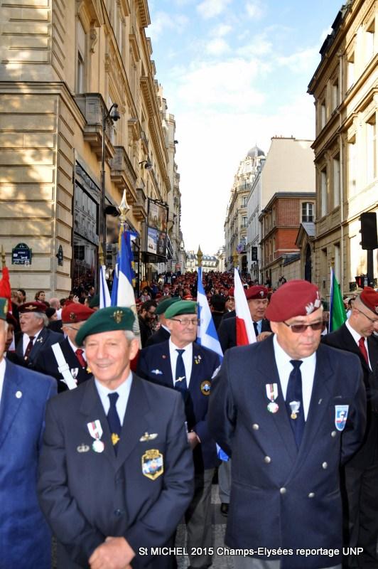St MICHEL 2015 UNP à Paris reroupement parachutistes et drapeaux pour le défilé 27-dsc11