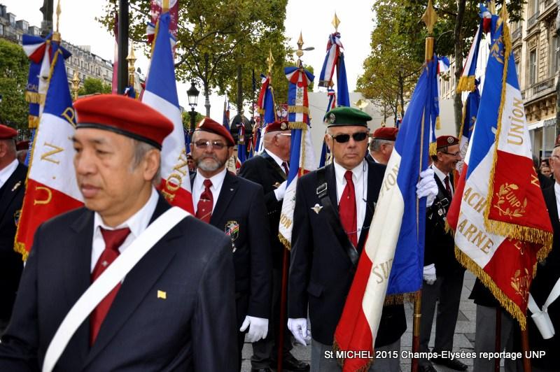 St MICHEL 2015 UNP à Paris reroupement parachutistes et drapeaux pour le défilé 28-dsc11