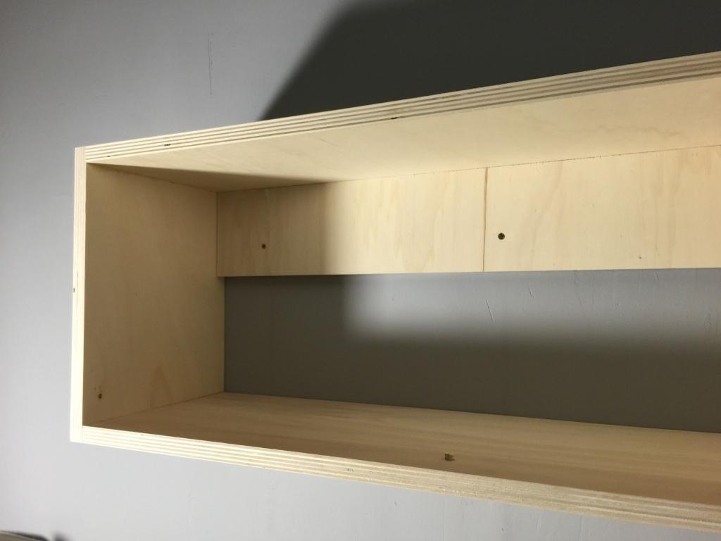 Un lit sur estrade, un bureau et une étagère Img_2313