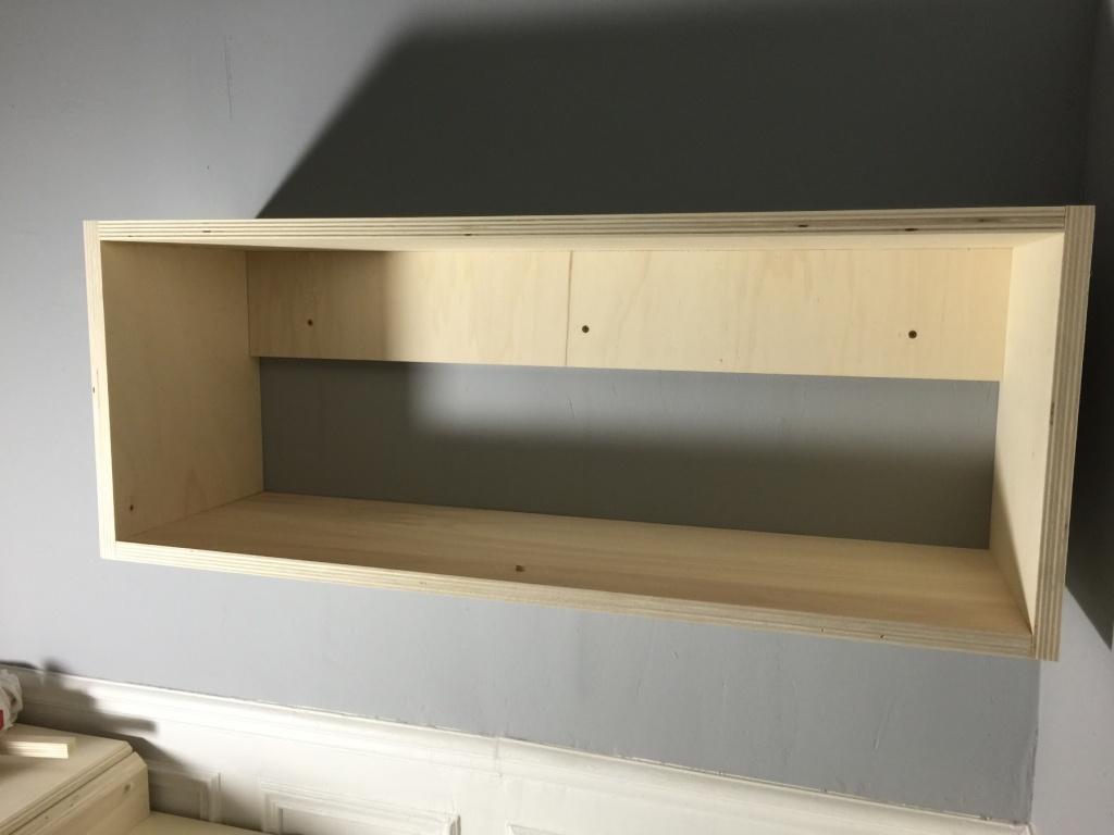 Un lit sur estrade, un bureau et une étagère Img_2314