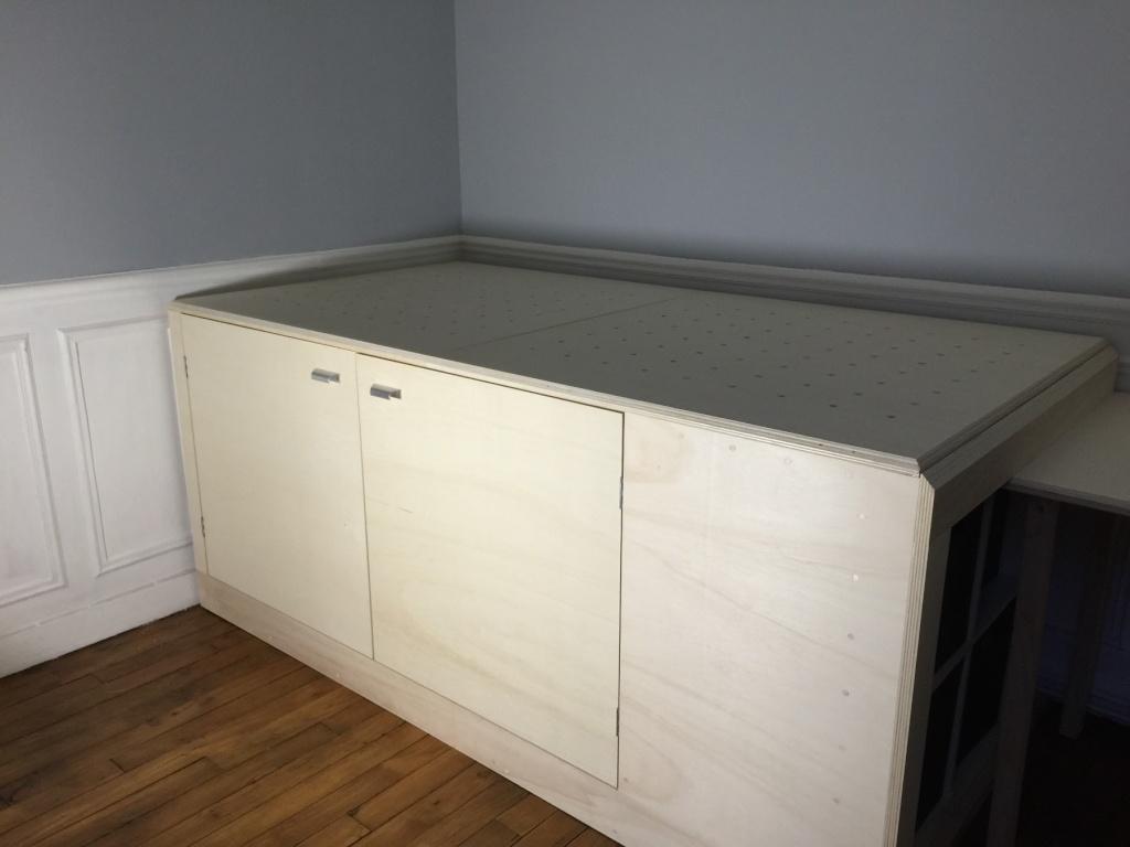 Un lit sur estrade, un bureau et une étagère Img_2315