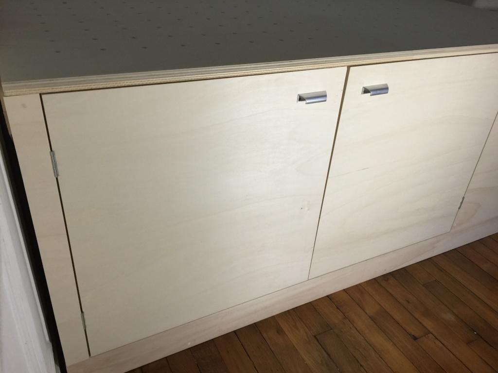 Un lit sur estrade, un bureau et une étagère Img_2316