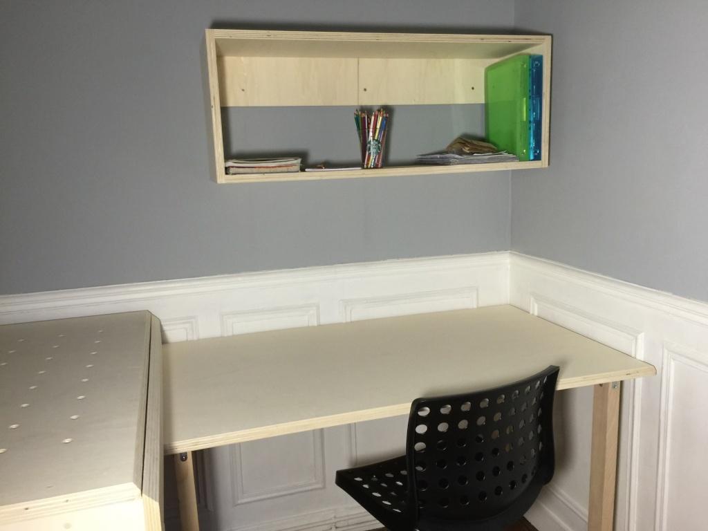 Un lit sur estrade, un bureau et une étagère Img_2317