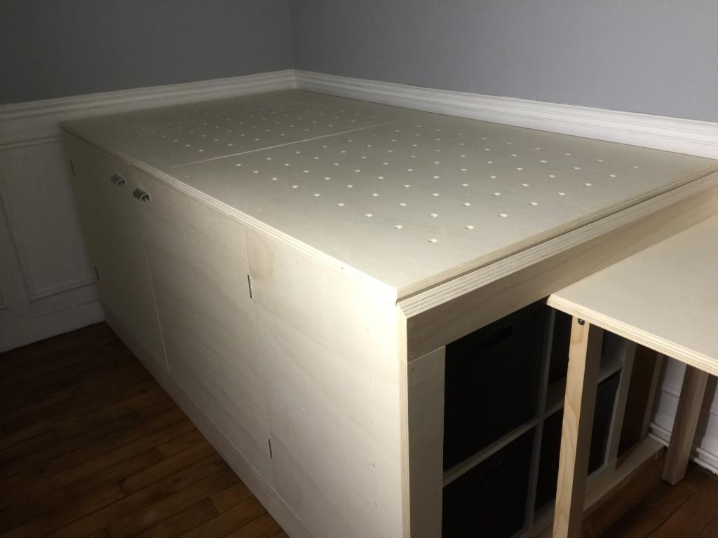 Un lit sur estrade, un bureau et une étagère Img_2319