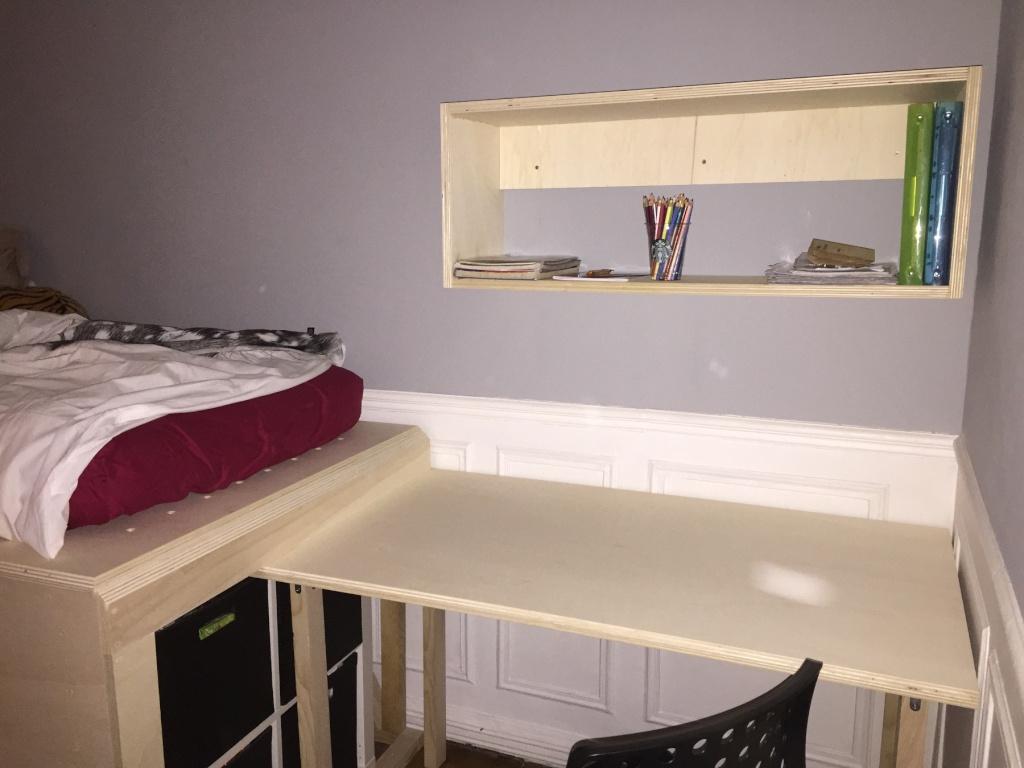 Un lit sur estrade, un bureau et une étagère Img_2323