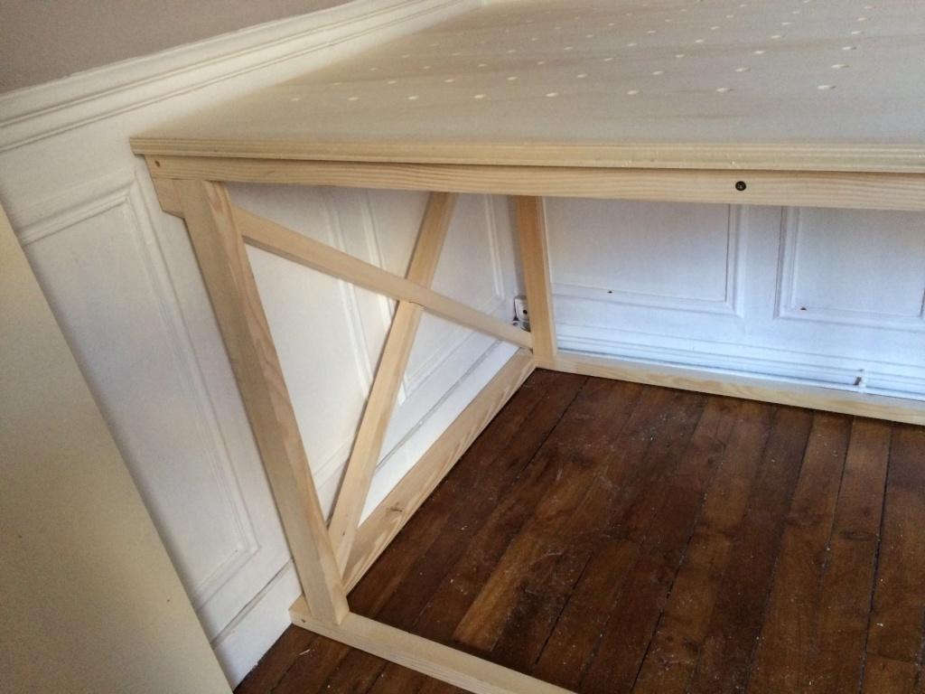 Un lit sur estrade, un bureau et une étagère Img_2418