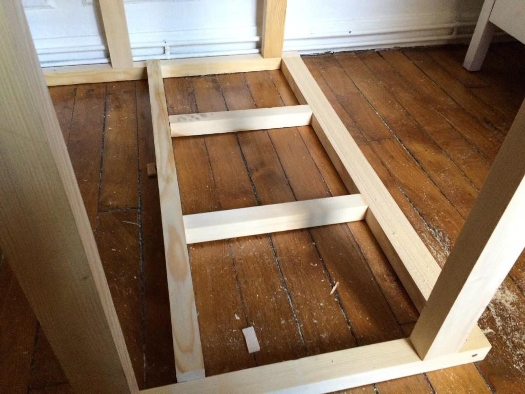 Un lit sur estrade, un bureau et une étagère Img_2421