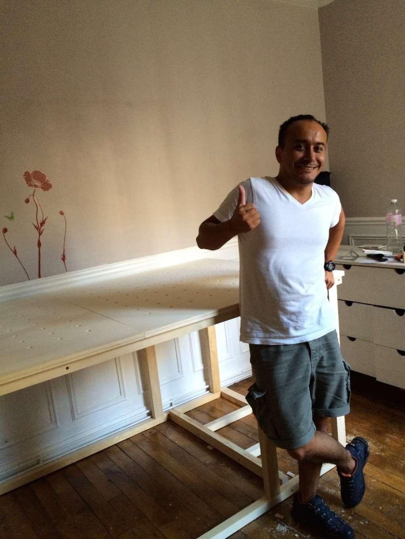 Un lit sur estrade, un bureau et une étagère Img_2423