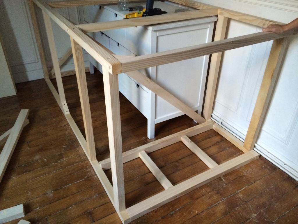 Un lit sur estrade, un bureau et une étagère Img_2424