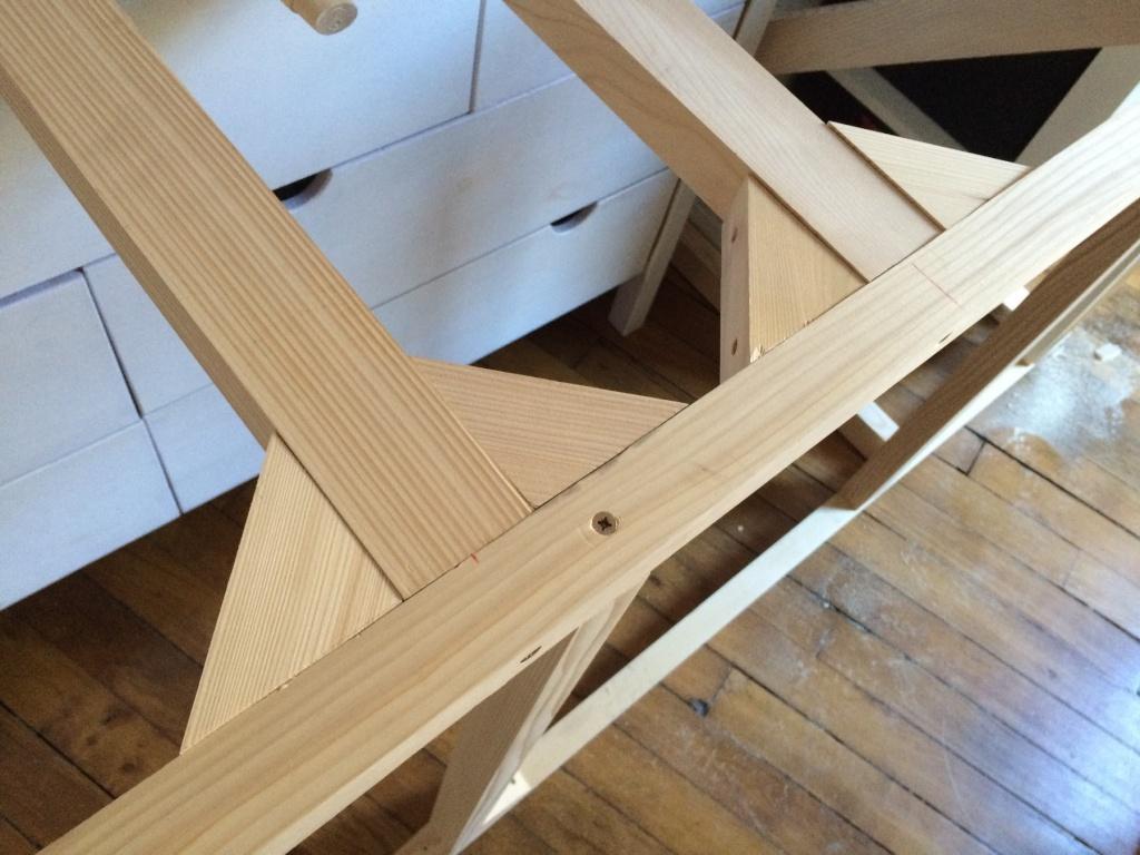 Un lit sur estrade, un bureau et une étagère Img_2426