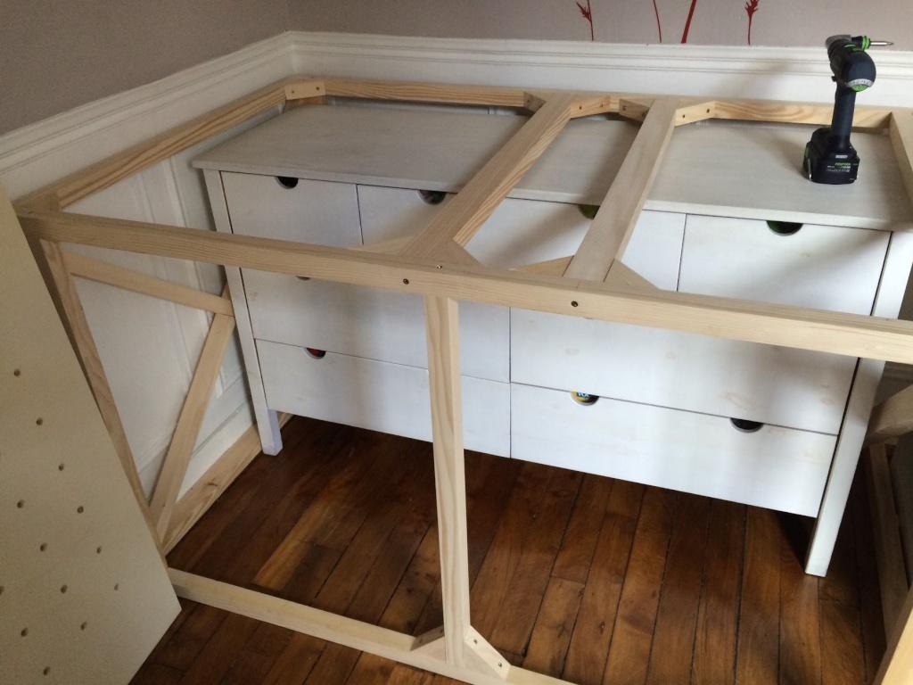 Un lit sur estrade, un bureau et une étagère Img_2427
