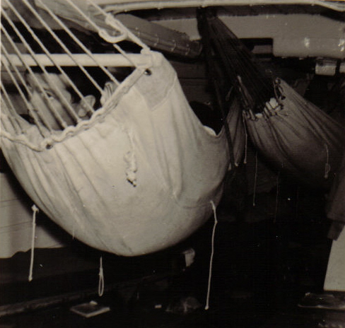 [Les traditions dans la Marine] Les hamacs. - Page 2 1963_611