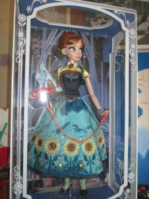 Disney Store Poupées Limited Edition 17'' (depuis 2009) - Page 37 Frozen13