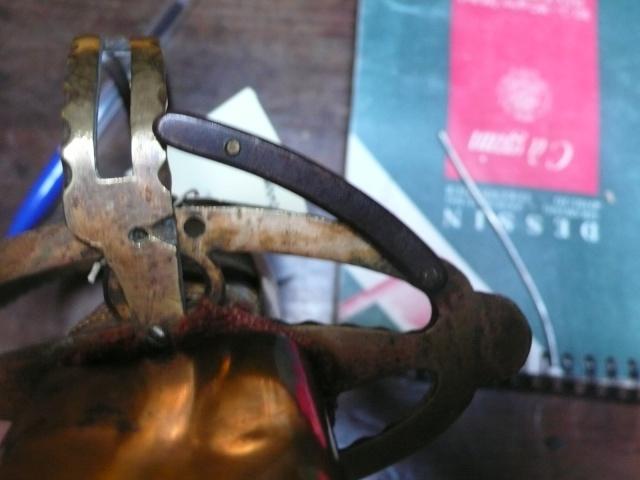 Besoin de vos lumières sur un sabre à garde tournante P1230610