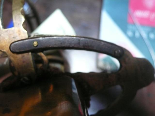 Besoin de vos lumières sur un sabre à garde tournante P1230611