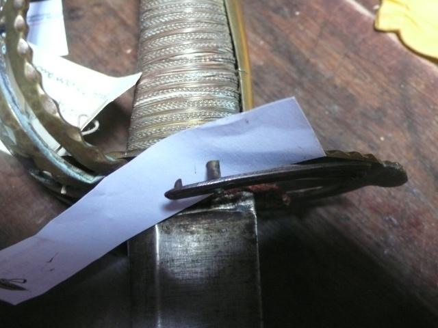 Besoin de vos lumières sur un sabre à garde tournante P1230612