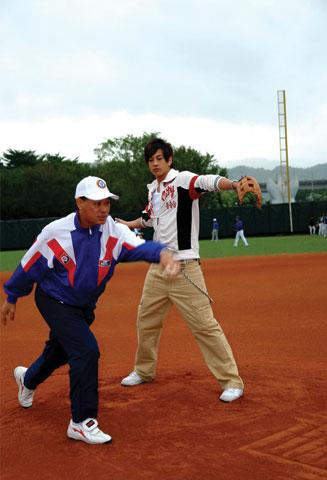 05 Nov '07 Peter's Practising Baseball Baseba10