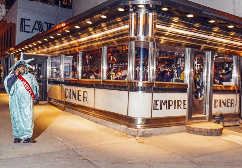 STREET VIEW : Lady Liberty fait du prosélytisme (ou de la pub) sur les trottoirs du Queens 14021710